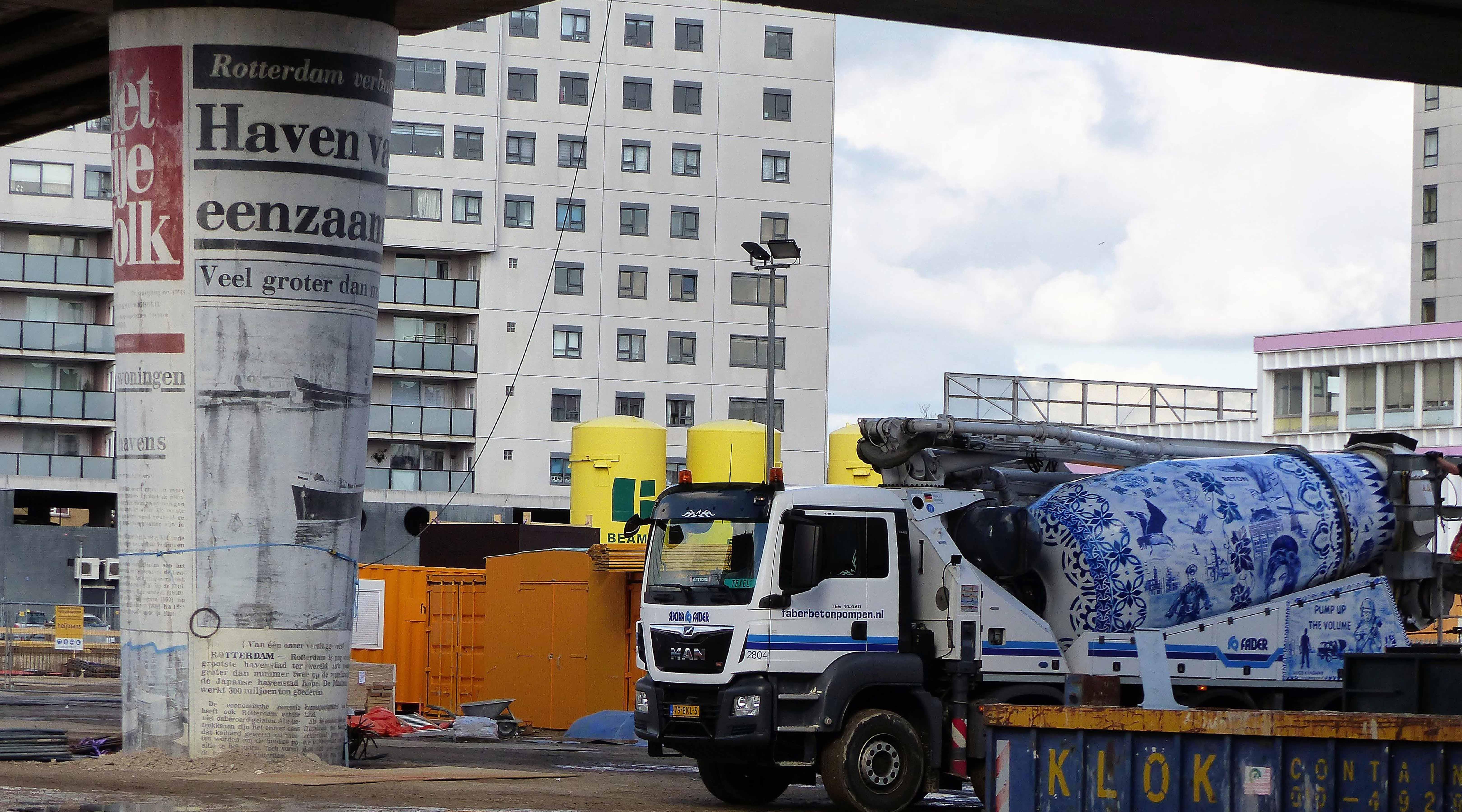 Kunst op Zuidplein; 'de opgerolde krant' fier overeind.