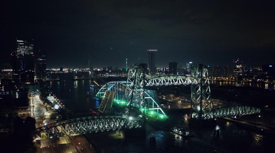 Tijdelijke Suurhoffbrug op zijn plek gelegd in Rotterdam