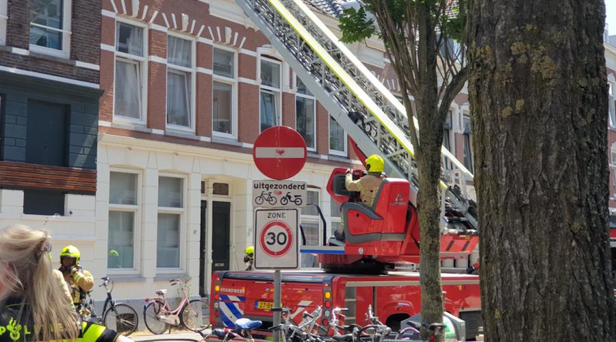 Meerdere brandweerwagens blussen bij woning Rotterdam-West