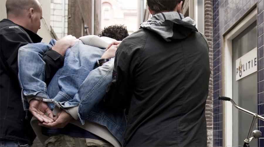 Politie houdt gewonde man aan in Zweedsestraat