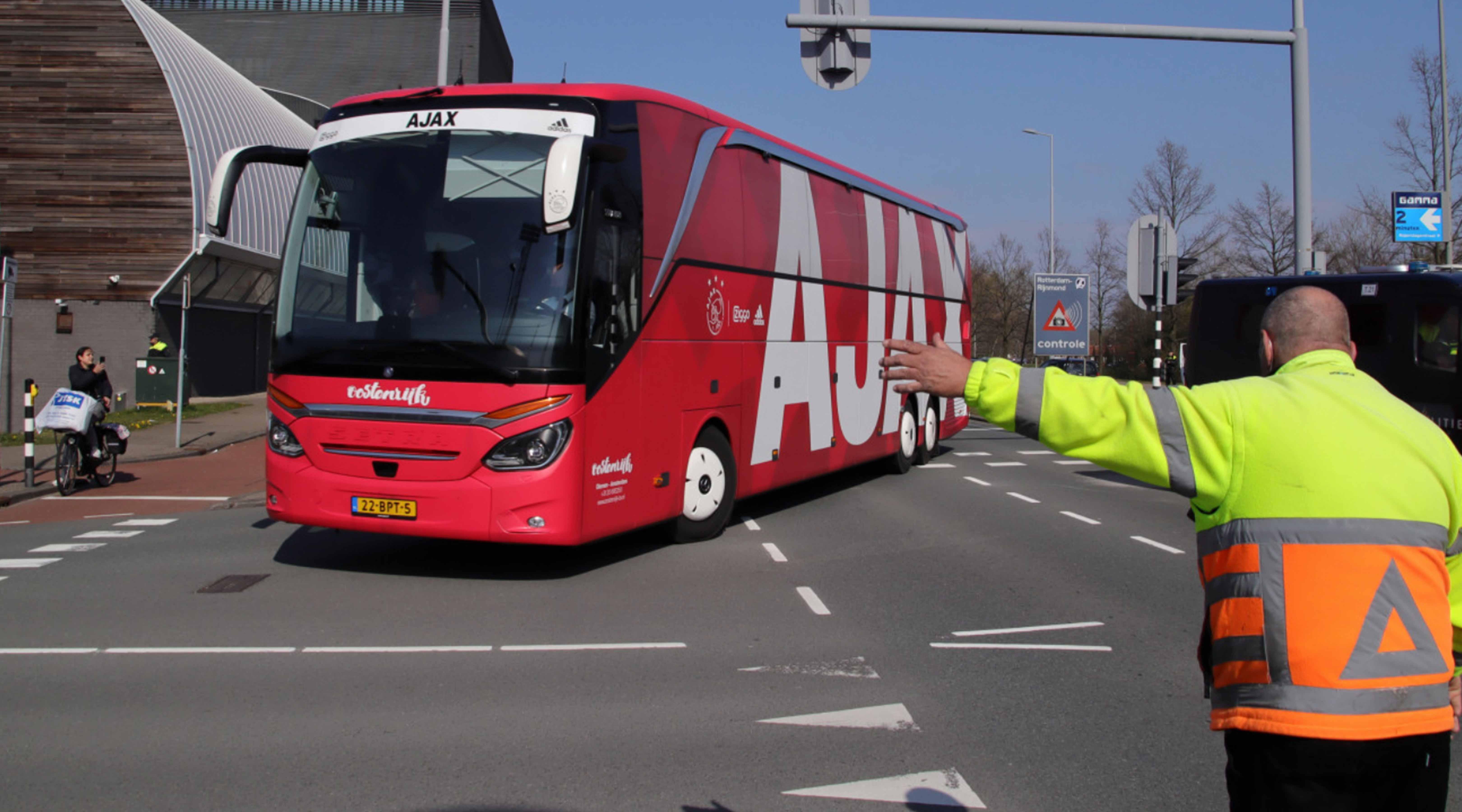 Ajax-spelersbus veilig bij de Kuip gearriveerd voor finale
