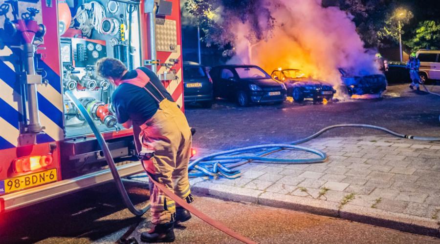 Drie auto's in Capelle in vlammen op, twee aanhoudingen