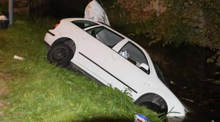Automobilist vlucht nadat auto in water terecht komt