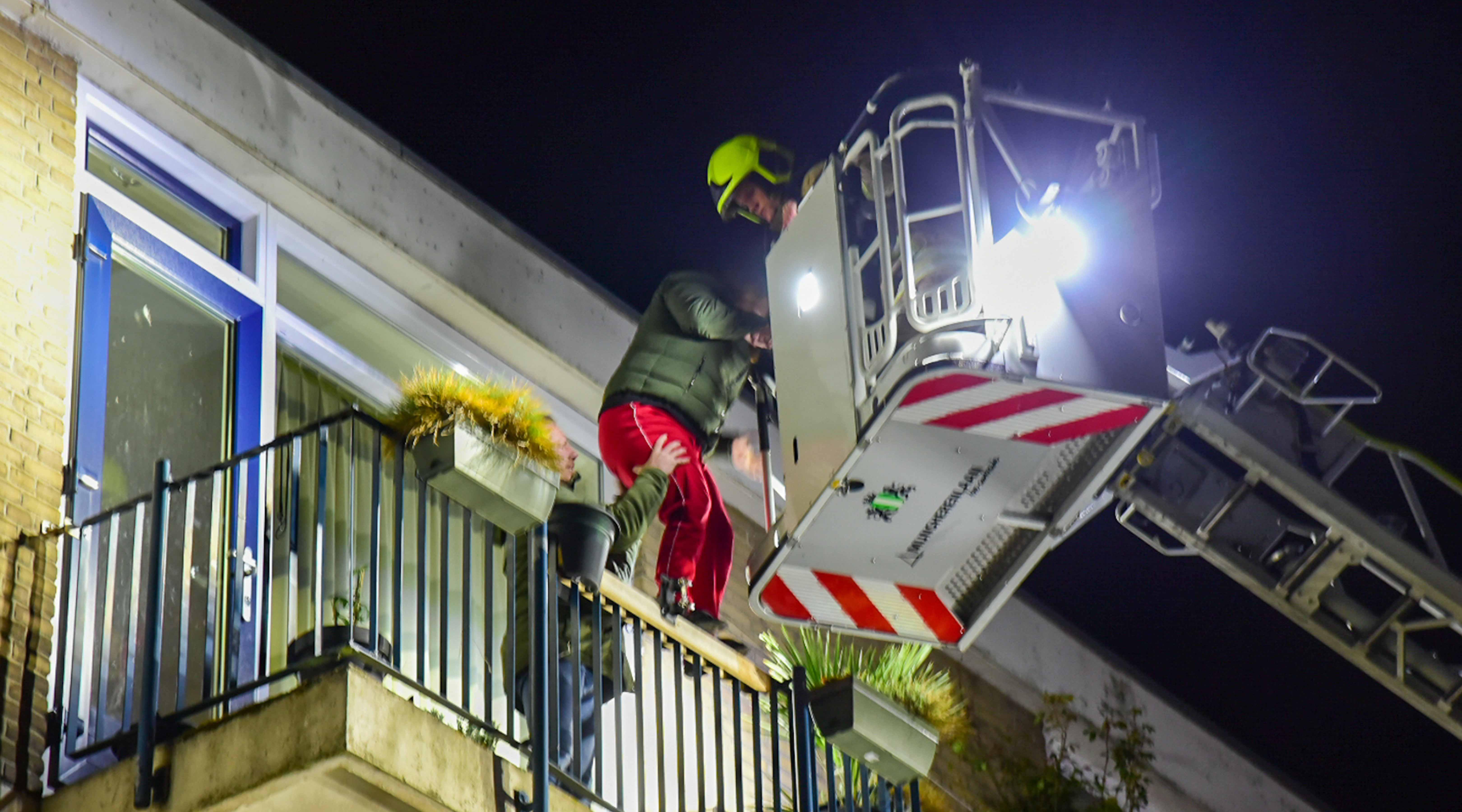 2 personen gered van balkon door brand aan de Schoonegge