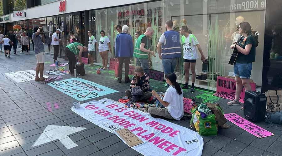 Extinction Rebellion voert actie bij H&M; pand onder de verf