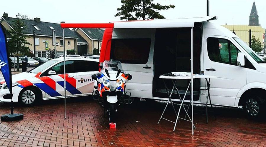 Politie met pop-up bus de Barendrechtse wijken in .