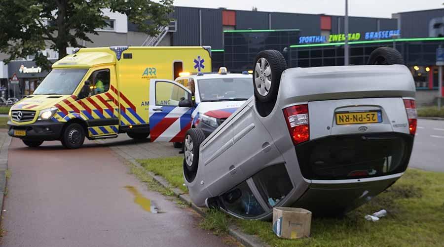Auto raakt paal en slaat over de kop op Rietdekkerweg