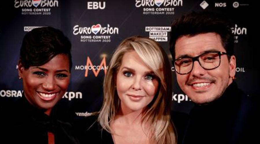 Presentatoren Songfestival gekleed in Nederlandse creaties