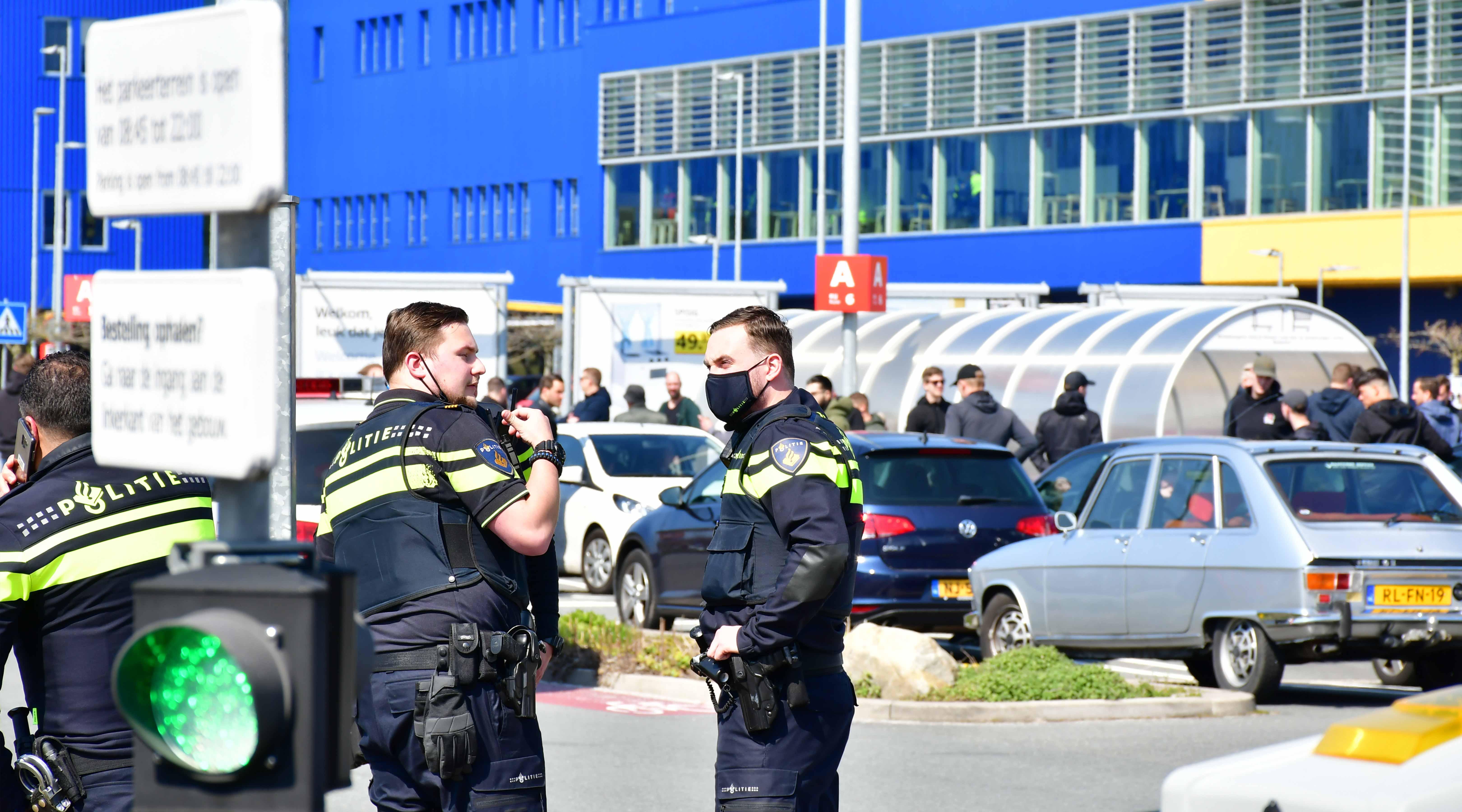 Rellen tussen voetbalsupporters bij IKEA in Delft