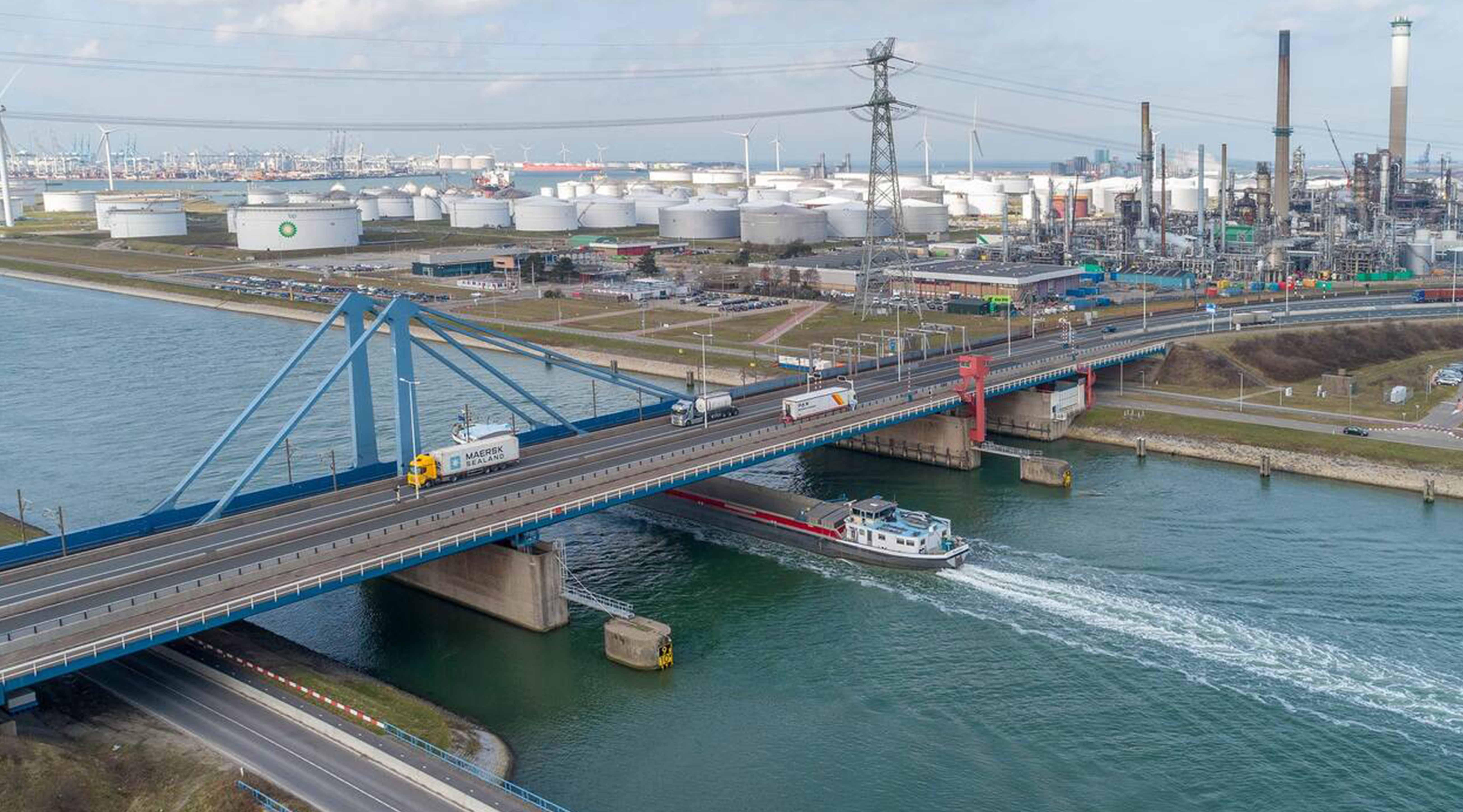 Nieuwe Suurhoffbrug op megatransport door Rotterdam