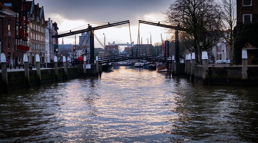 Onderzoek naar lichaam in geparkeerde auto in Dordrecht